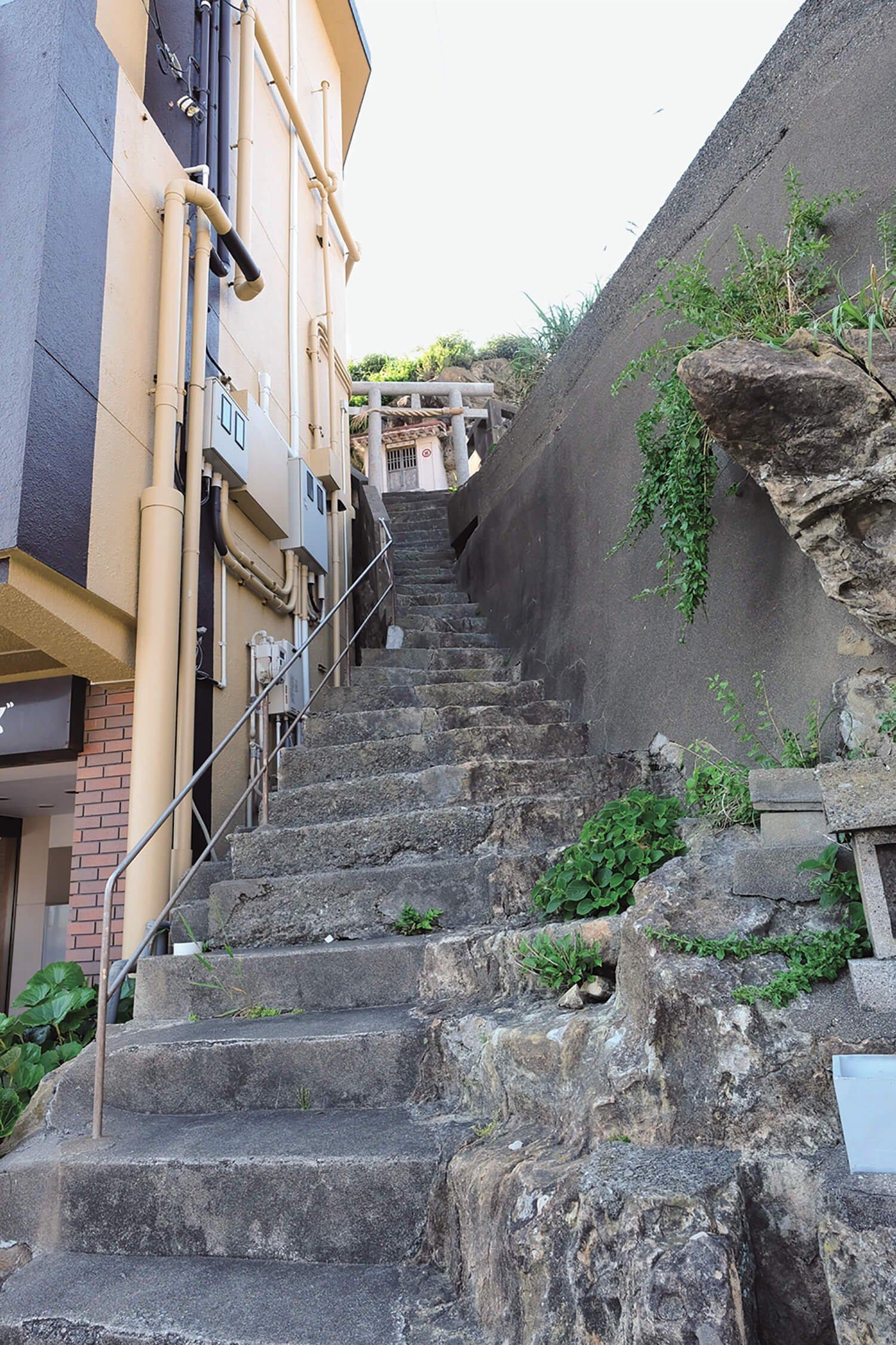 太海港近くにある津嶋神社に通じる石段が、思いのほか急。