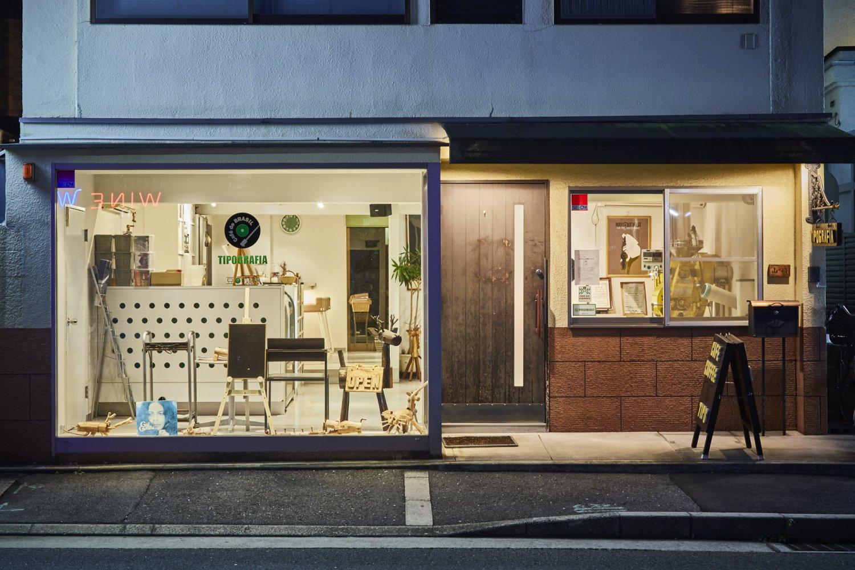 スタイリッシュな店構え。自家焙煎の機械も備え、とうていジャズ喫茶に見えない『チップグラフィア』。