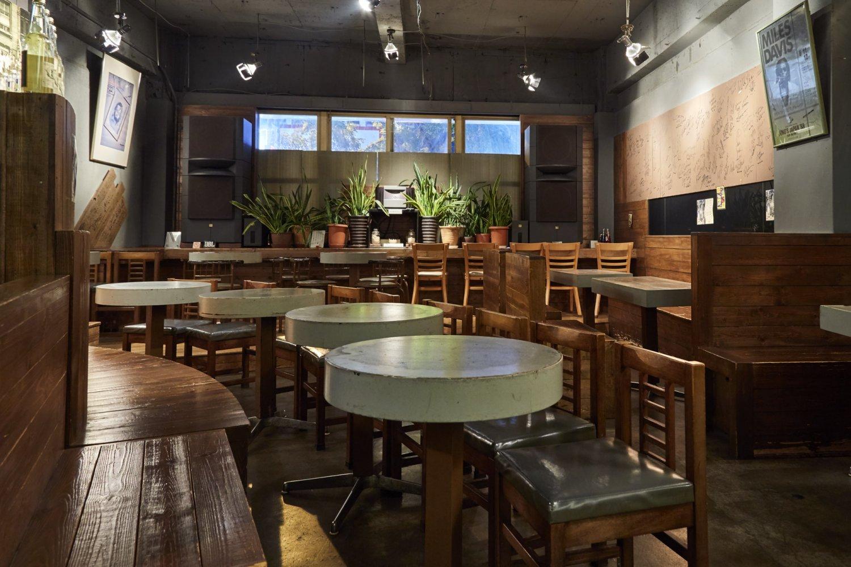 『ボッサ』は、週後半の夜は毎晩10~20人の客が入れないという繁盛店。外国人客も多い。