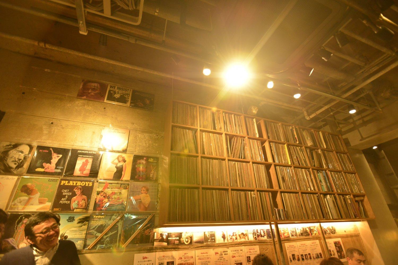オーナー茂串さんが所有する4000枚ものレコードに圧倒される『イントロ』。