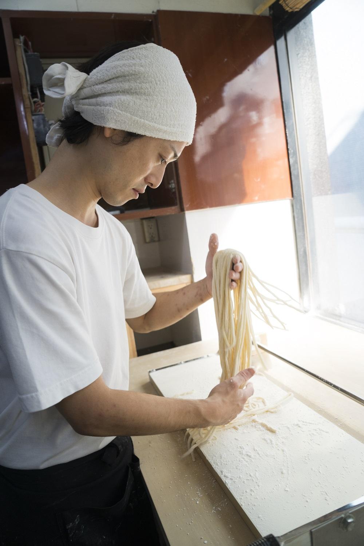 足踏みから麺切りまで完全手作業。店名は直向(ひたむ)きに白くという、うどんへの気持ちから。