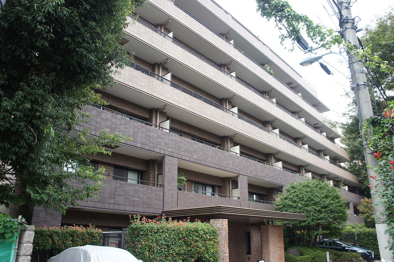 阿佐ケ谷駅から徒歩4分、7階建ての「コスモ阿佐ヶ谷ロイヤルフォルム」。
