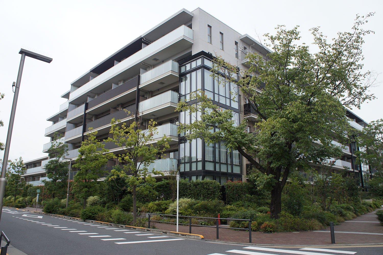 「ゲストルームや本格的なキッチンスタジオを備え、宿泊やパーティに利用できます。ラウンジや集会室、キッズスペースなどが住民の交流の場として活用されています(石川さん)」。