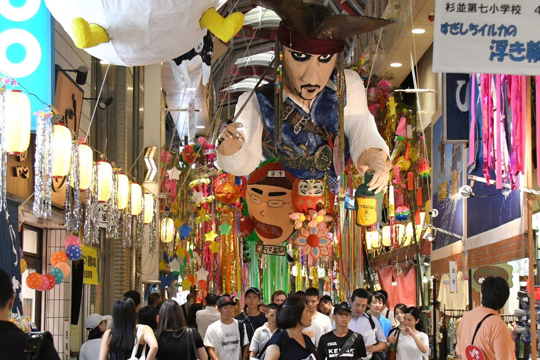 昭和29年にはじまった阿佐谷七夕祭(毎年8月開催。2020年は新型コロナウイルスの影響で中止)では、迫力のハリボテでアーケードが彩られる。