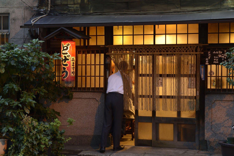 縄のれんの向こうに昭和の匂いふんぷんの酒場が待つ。