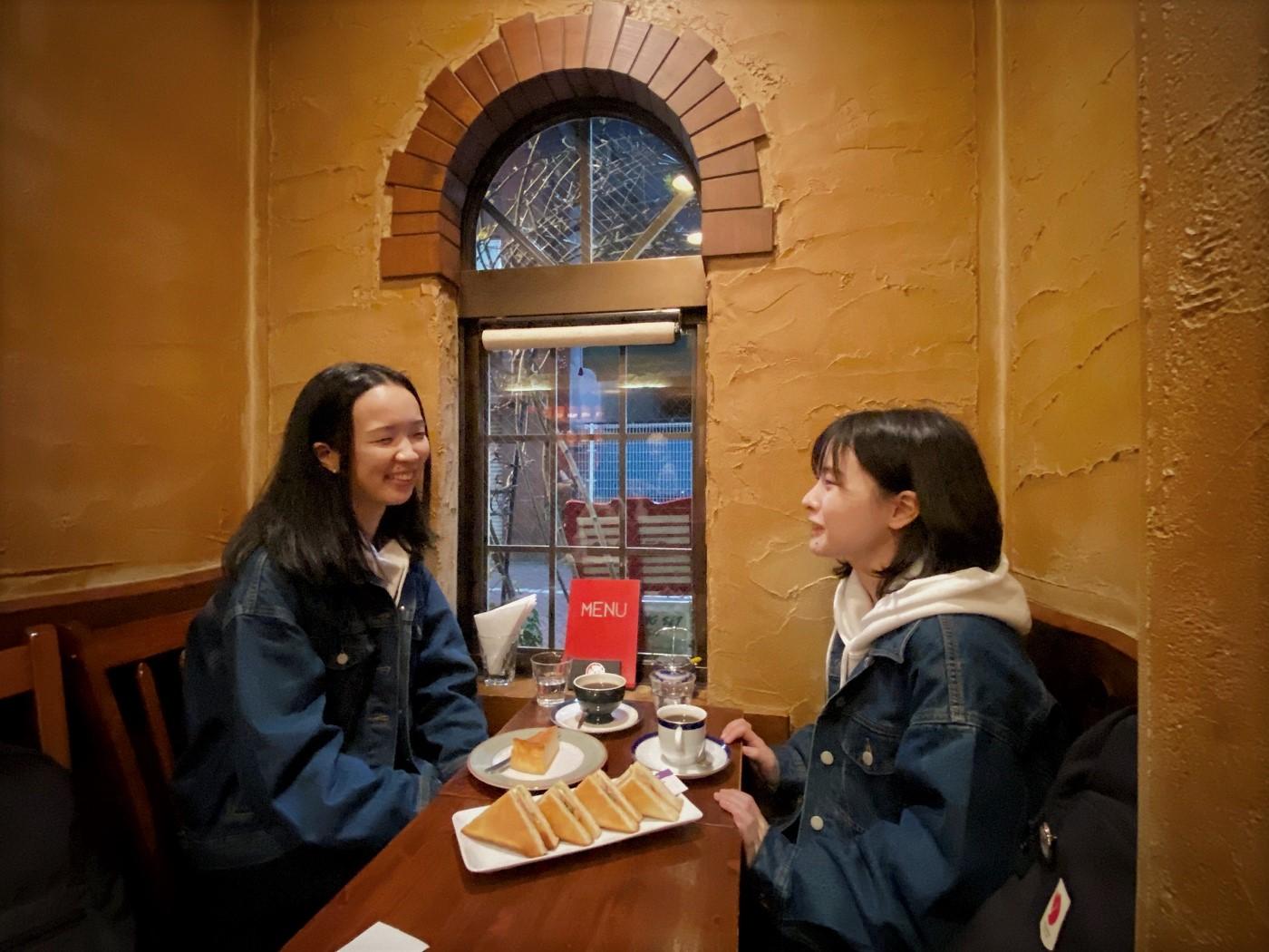 行き交う人を眺めるいい窓、おいしいコーヒーとおやつ。天国。