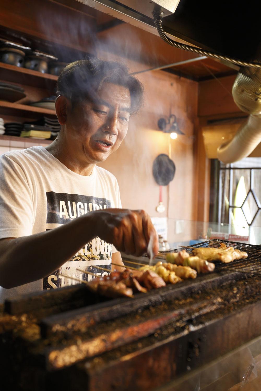 紀州備長炭で鶏をふっくら焼く。