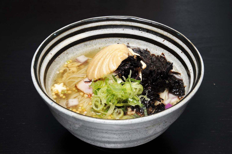 澄んだスープに浮かぶアラレや星麩。ホタテの形をした最中が、ホタテとキノコのスープであることを示す。