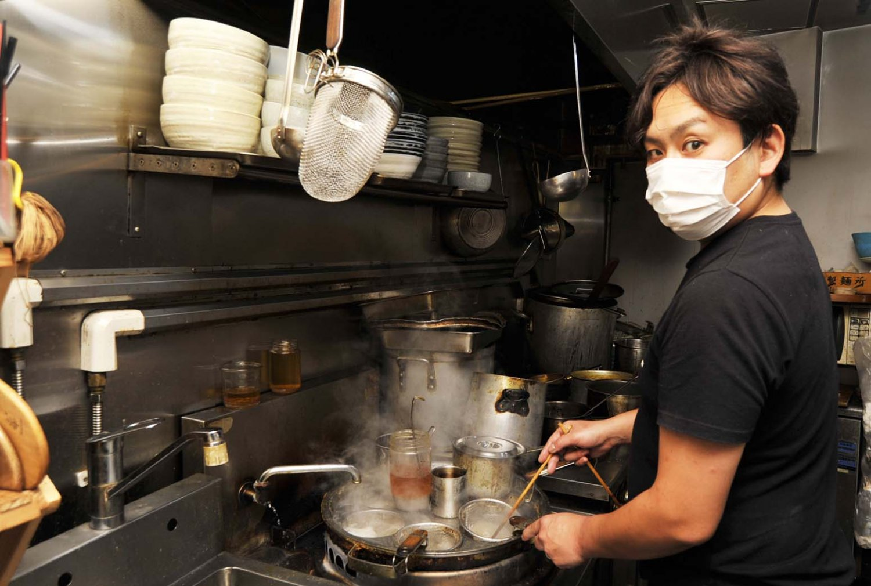 「魚を使うことが多く、郷土料理の鍋料理をヒントに創作することもあります」と話す貝原さん。