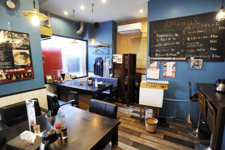 内装も通常のラーメン屋のイメージとは異なる。夜は酒を楽しむ客が多いというのも納得だ。
