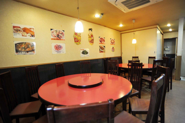 円卓席と座敷がある2階。ビール、日本酒、紹興酒、サワーなど全13種類の飲み放題は一人1650円。