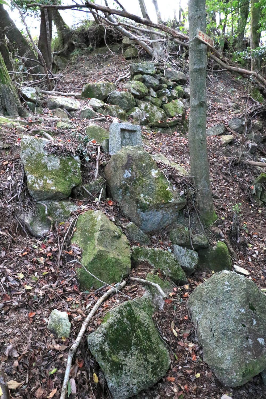 石垣の合間に地蔵がたたずんでいた。