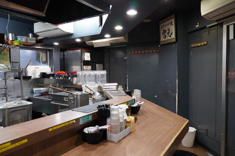 カウンター席のみだが、オープンキッチンの開放感ある店内。