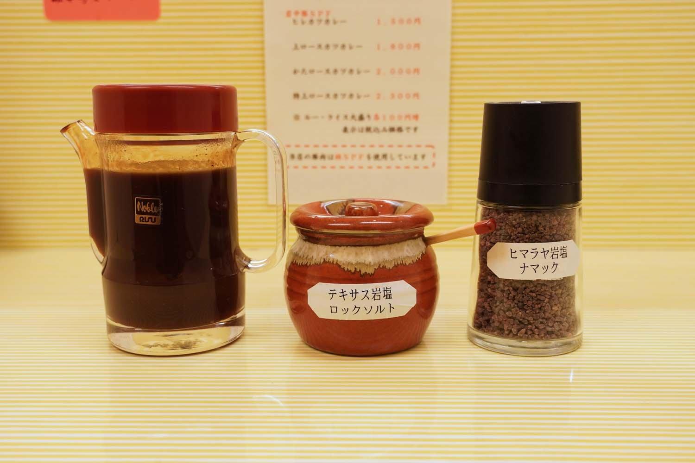 卓上に並ぶソース、岩塩などのプラス調味料類。