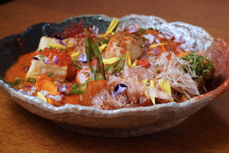 3種のカレーを盛ったマサラスペシャル。カレーの概念を変える調理法と盛り付けが独創的だ。