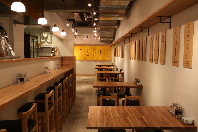 店内はオープンキッチンで、カウンターからは餃子を焼いている姿が見られる。