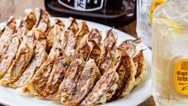野菜たっぷり、薄皮の餃子が人気の『ぎょうざいってん 神田本店』。夜はハイボールとともに
