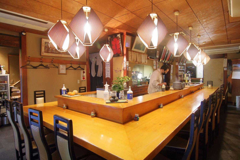 おでん鍋を囲むカウンターのほか、1階と2階に座敷がある。