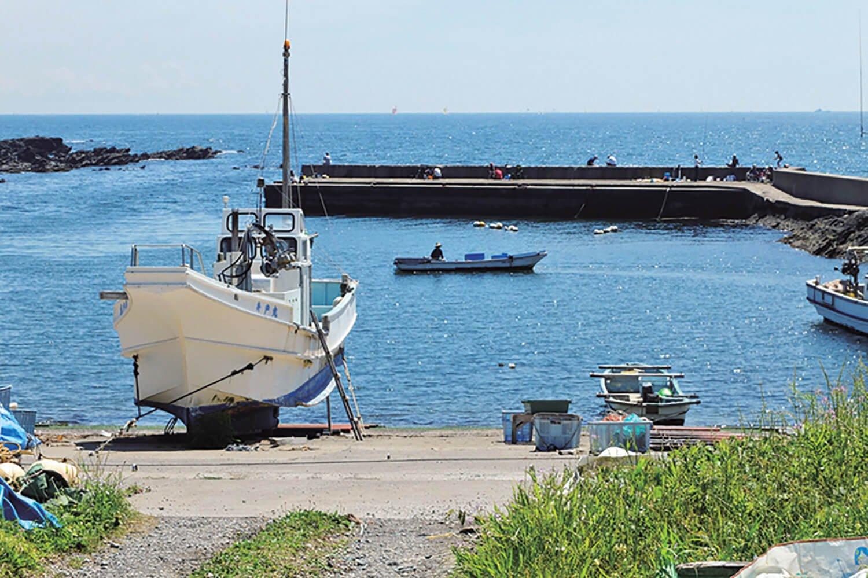 佃嵐崎の先の入り江部分に小さな栗谷浜漁港がある。港内には釣り人が多い。