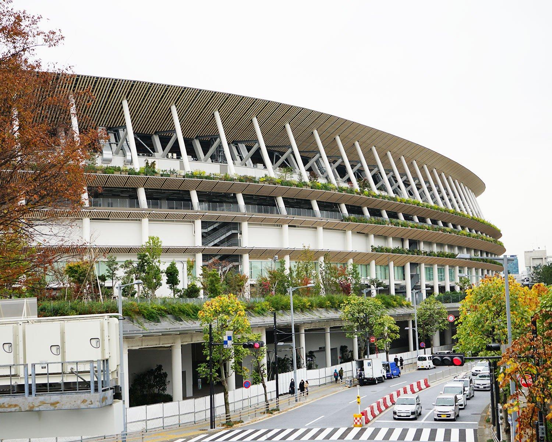 JR千駄ヶ谷駅・地下鉄大江戸線国立競技場駅からすぐ。2019年12月21日には豪華アーティストや有名スポーツ選手が集い盛大なこけら落としイベントが開かれた。