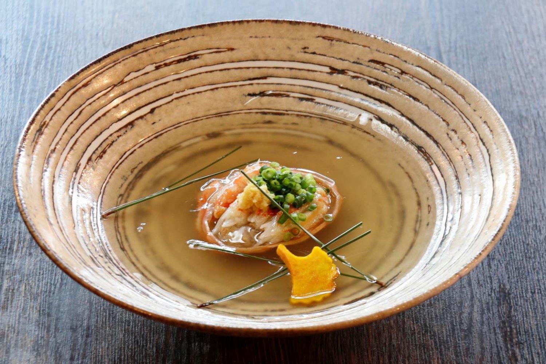 盛り付けがきれいで、箸を付けるのが惜しくなるカニ面1639円。