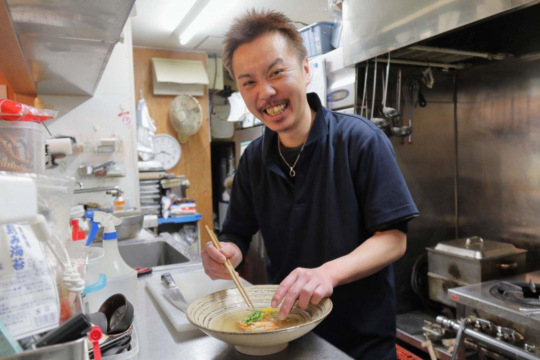 スペシャルおでんを考案した料理長の村椿智さん。