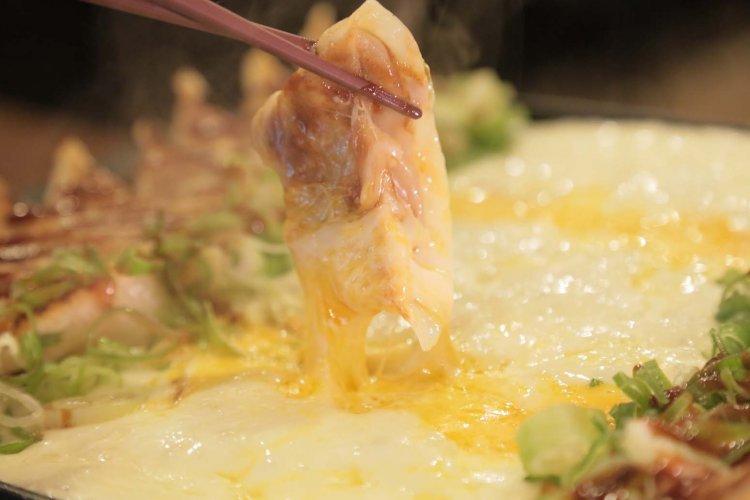 オリジナル餃子メニューが豊富な神田『WARASHIBE GYOZA』、名物はチーズと餃子の鉄板フォンデュ!