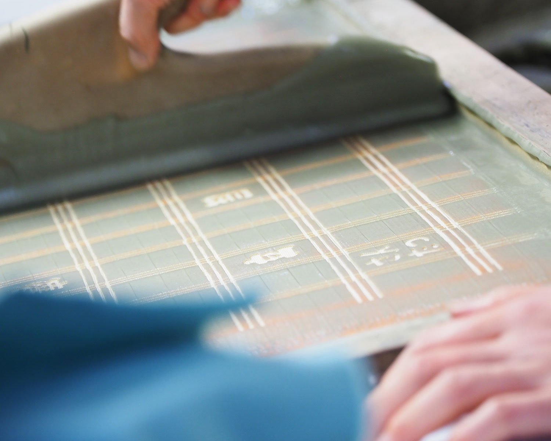 型紙の上から糊を塗る。