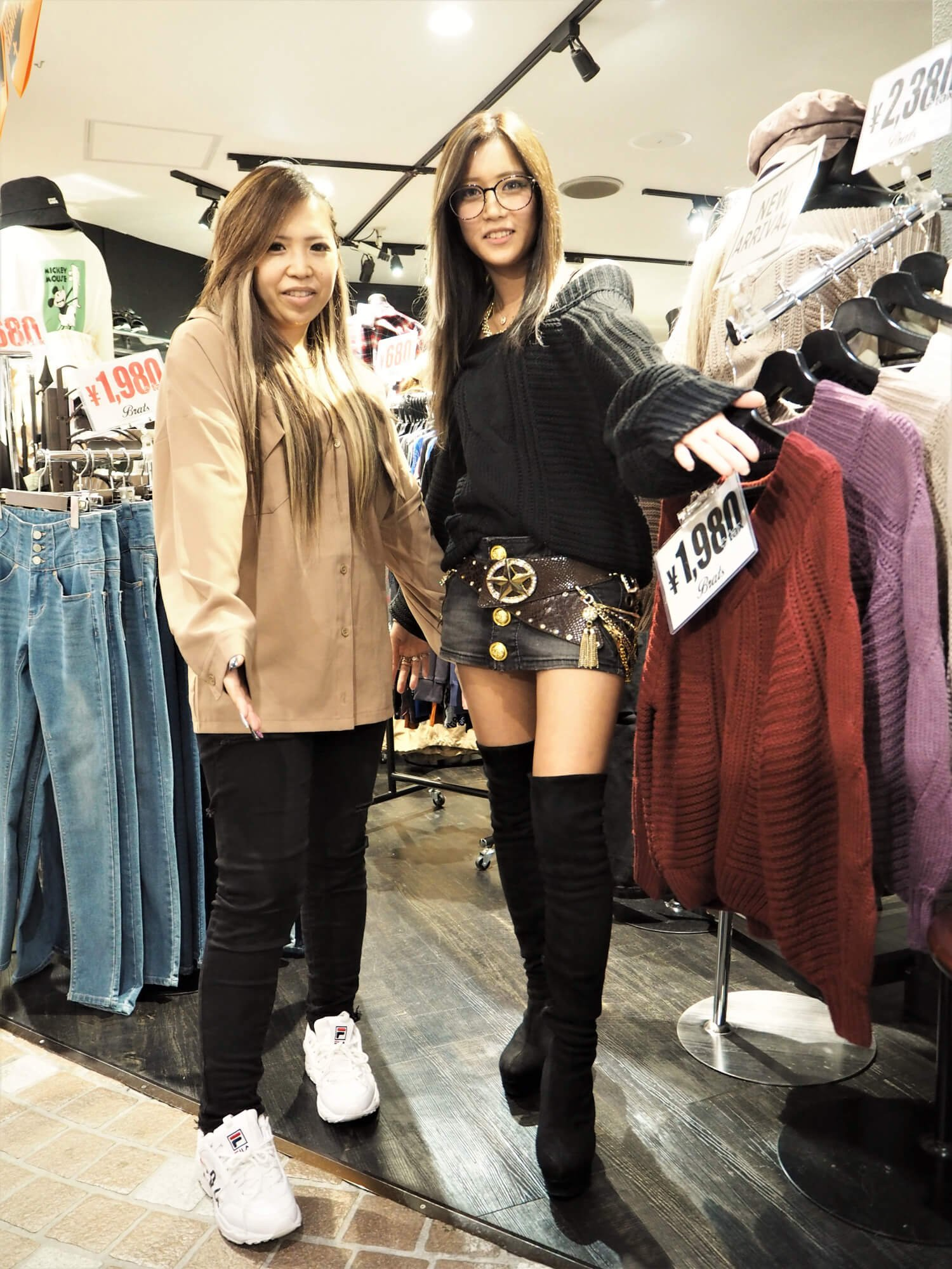 『Brats 町田ジョルナ店』のマオさん(右)&モモコさん(左)「ギャルブームまた復活してほしいですね~!」。