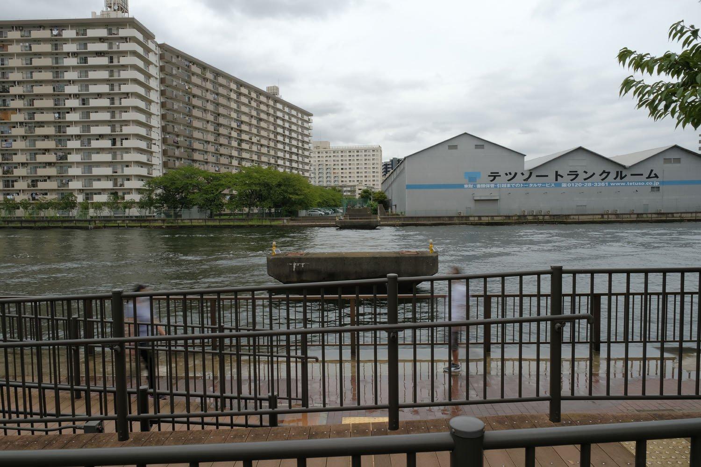 豊洲運河に残存する橋脚。低速シャッターで遺構を強調してみた。