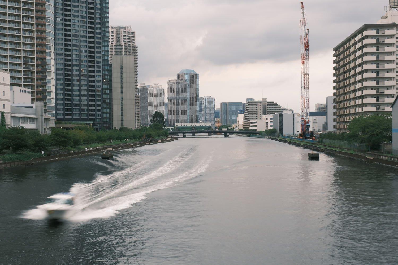 満潮時に船舶が航行するとご覧のとおり。波が川縁を濡らす。