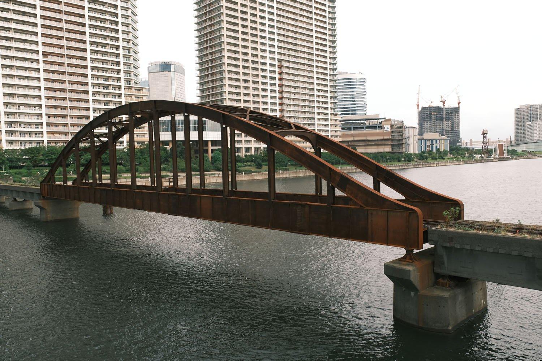 晴海橋梁のアーチ橋部分。鉄骨は赤錆びているがしっかりと運河に架かっている。