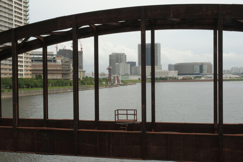 アーチ越しにららぽーと豊洲を見る。このアーチは「下路式ローゼ桁」という種類で、1957年に竣工した。