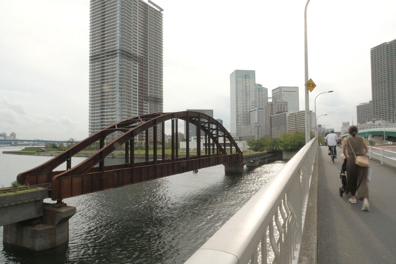 春海橋からみた晴海橋梁。行き交う人々は赤錆びた橋梁に無関心のようだった。
