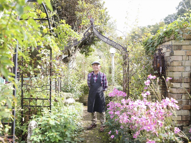 耐火白古(しろふる)レンガ造りの庭は久保浦さん作。「植栽とケーキは家内担当です」。