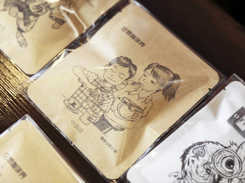 山下さん画のドリップバック200円は30種あり。