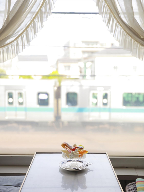 窓辺は小田急線の電車ビュー特等席。店名と同じアマンディーヌ1000円と。