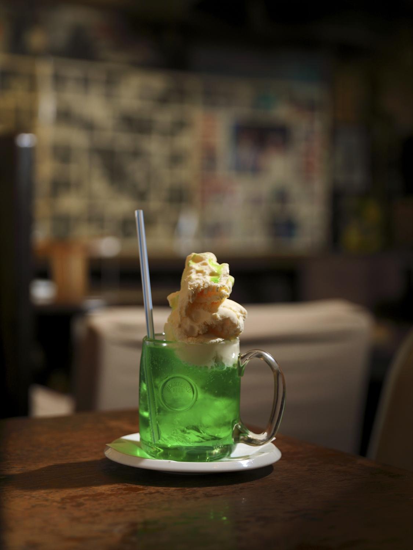 アイス満載のクリームソーダ430円。軽食、カクテルなど、どれも安い。