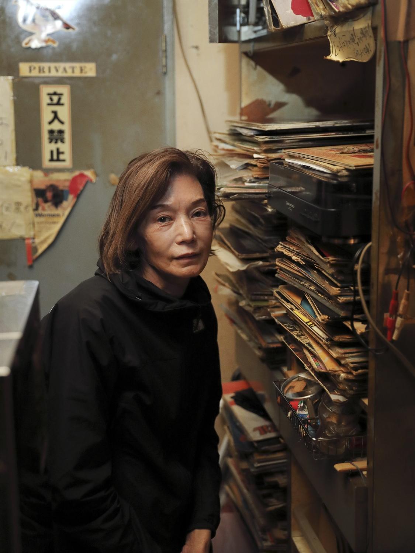 「レコードの音は雰囲気があって好き」と、千綿さんは懐かしのポップスをかける。