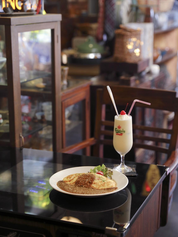 翔太さんがいるときだけ注文可能のカレーオムライス935円と、甘みやさしいミルクセーキ660円。