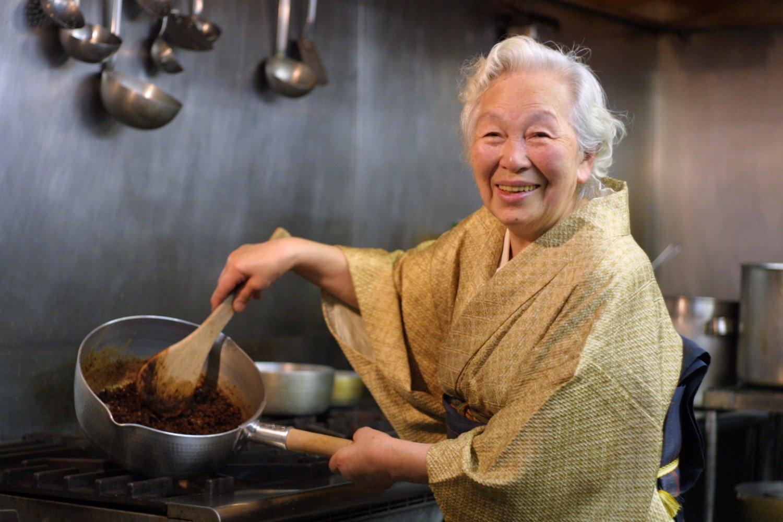 創業者の千葉ウメさん。代表取締役・藤川譲治さんの母 (写真=鎌倉 鉢の木)。