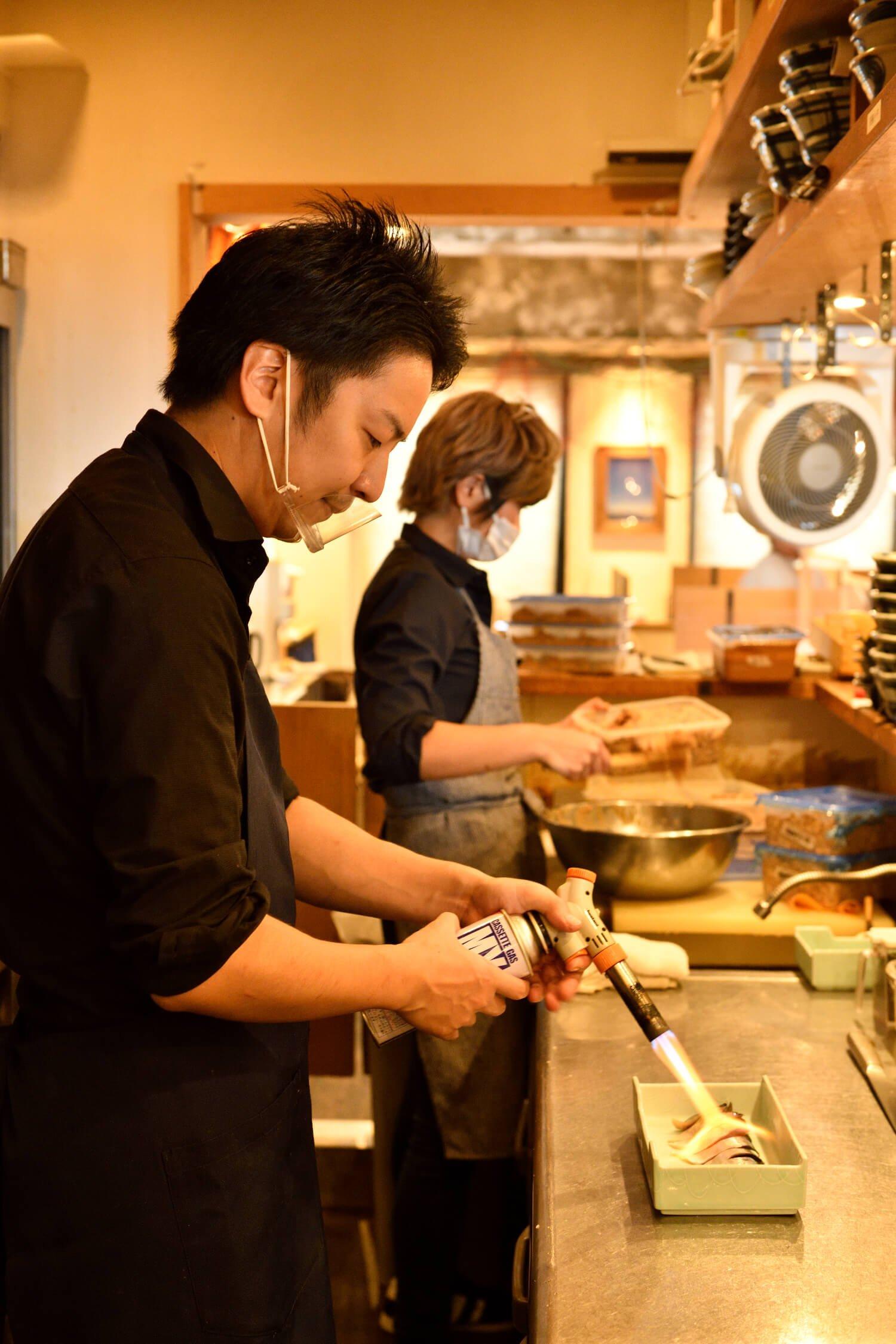 大トロ炙り鯖は注文を受けてからバーナーで豪快に炙る。