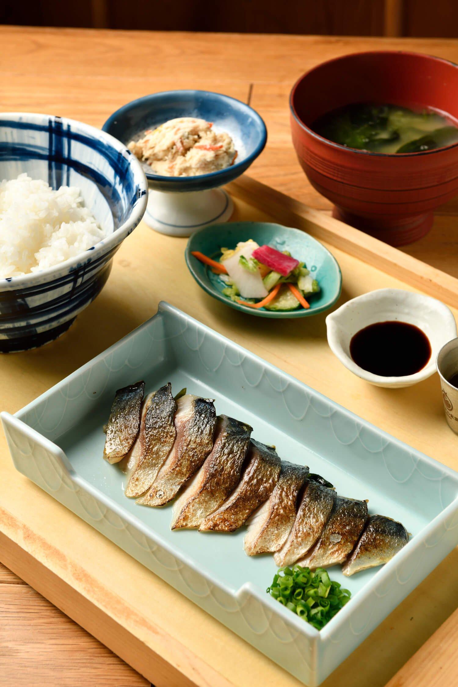 大トロ炙りさば定食980円は、生臭さがなく、ぷりぷりの食感。お米は山形産のひとめぼれなどを使用している。