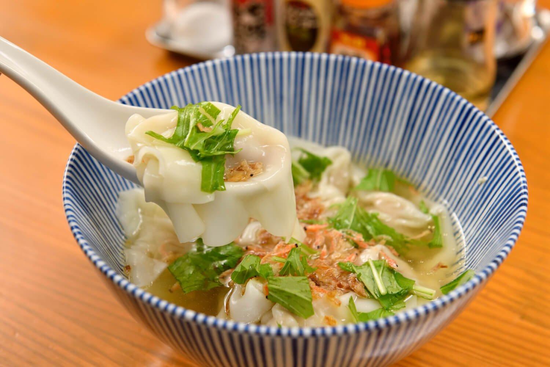 肉ワンタン500円は、自家製の辛味噌をつけてみてもいい。