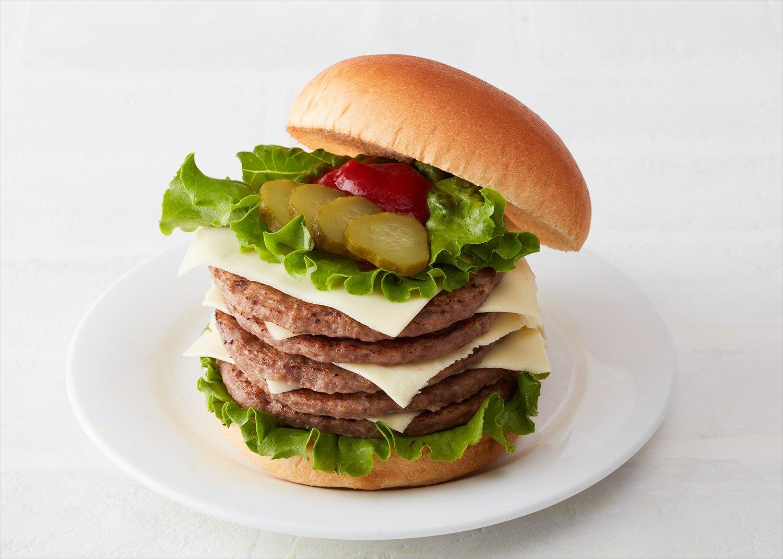 肉厚パティの5枚重ねは肉塊。ヘビーでパンチ強なドム。1200円。
