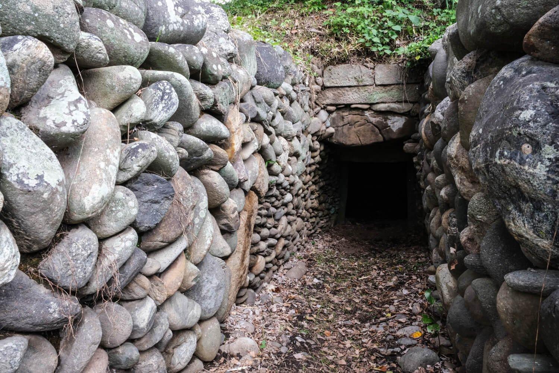 模様積みが見られる伊勢塚古墳は石室内にいつでも自由に出入りし、内部を見学できる。