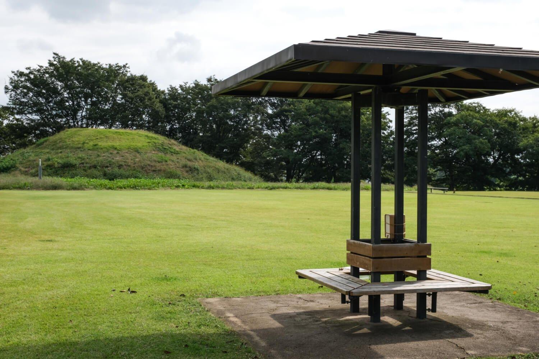 休憩スペースの整備も進みつつある毛野国白石丘陵公園。後方左手に見えるのは皇子塚古墳。