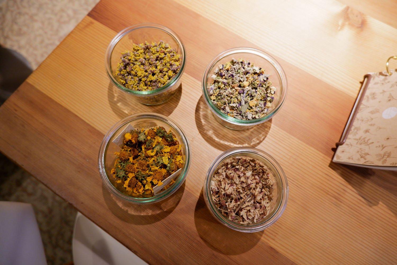 左上から時計回りに山茱萸(さんしゅゆ)茶、パンジー茶、山桜茶、イエローコスモス茶。