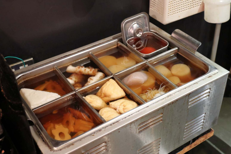 カウンター内のおでん鍋。鰹節と昆布のだしでおでん種を煮ていく。