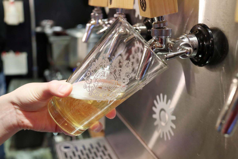 クラフトビールは1杯880円~。3種の飲み比べセット1430円~もある。